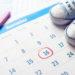 El control de la fertilidad es un tema que interesa a hombres y mujeres de todas las edades. Muchas personas utilizan la calculadora de ovulación para controlar un embarazo programado de manera satisfactoria. Además, un calendario de ovulación es una herramienta útil para ser usado como complemento de los métodos anticonceptivos. Comprender tu ciclo de ovulación es muy oportuno para tener un control efectivo de tu fertilidad y salud integral. Si controlas todos los elementos de tu ciclo de ovulación podrás planificar de mejor manera tu actividad sexual. En este post te mostraremos qué es una calculadora de ovulación y la mejor manera de utilizarla. ¿Qué es una calculadora de ovulación? Es una herramienta diseñada para establecer los periodos de máxima y mínima fertilidad. Décadas atrás, esta herramienta se gestionaba de forma manual a través del calendario de ovulación. Sin embargo, en la actualidad, muchas calculadoras de ovulación están online o en apps para dispositivos móviles. La calculadora de ovulación en cualquiera de sus formatos es ideal para mujeres con un ciclo menstrual estable. Sin embargo, existe un porcentaje de error que deberás considerar al confiar de manera estable en esta herramienta. En algunos casos la calculadora de ovulación se utiliza como método anticonceptivo. Sin embargo, no es recomendable confiar de manera plena en esta herramienta para la anticoncepción. Más bien es buen visto como complemento a otros métodos adoptados con planificación. Con una calculadora de ovulación podrás tener una visión integral de tu fertilidad de acuerdo con las fechas típicas de la llegada de tu menstruación. Esta variación de la fertilidad se basa en la producción hormonal natural en tu organismo. Si estás tomando algún tratamiento que implique la ingesta de progesterona, estrógeno, o testosterona, puede que la calculadora no sea efectiva. Entendiendo la ovulación Para comprender de manera completa el uso de una calculadora de ovulación, se requiere mirar e